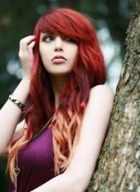 Укладка длинных волос красного цвета