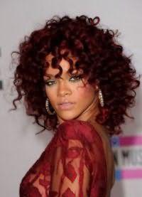 Укладка кудрявых волос темно-красного тона