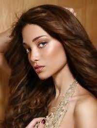Роскошное великолепие каштанового цвета волос можно подчеркнуть при помощи стрижки лесенка на длинных прядях. Волосы укладываются в локоны, а внешний край подкручивается наружу.