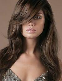 Данная стрижка просто поражает своей изысканностью. Длинные волосы каштанового цвета на стрижке лесенка уложены в легкие волны, удлиненная челка выпрямлена на бок. Идеальный вариант для смуглого типа внешности.