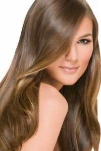 Креативный образ поможет создать стрижка лесенка со светло-каштановым цветом волос. Удлиненная челка с боковым пробором хорошо подчеркнут красоту оттенка.