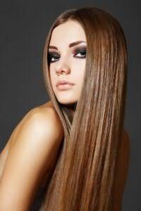 Светло-каштановый цвет волос великолепно выглядит на длинных прямых волосах. Для данного образа подойдет прямой глубокий пробор. Прическа станет отличным вариантом для обладательниц светлого типа кожи.