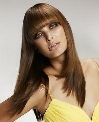 Очень аккуратно и женственно выглядит золотисто-каштановый цвет волос на длинных прямых волосах. Пряди подвергаются выпрямлению утюжком, также как и прямая густая, ровно подстриженная челка. Прическа получается очень изящной.