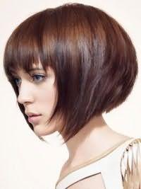 Каштановый цвет волос отлично выглядит на асимметричной стрижке боб каре с рваными кончиками и градуированной челкой. Дополнительный объем в задней части поможет подчеркнуть изящные черты лица.