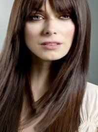 Длинные прямые волосы отлично сочетаются с каштановым цветом волос. К прическе подойдет прямая густая челка, которая гармонирует с глазами зеленого цвета и светлым типом кожи.