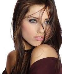 Очень мило и нежно смотрится каштановый цвет волос на прямых прядях. Длинные волосы подвергаются выпрямлению и остаются распущенными. Прическа хорошо сочетается с глазами зеленого цвета.