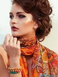 Такую прическу может создать каждая модница. Волосы средней длины каштанового цвета завиваются в легкие волны, и каждая прядь фиксируется шпильками как можно небрежнее. Получается очень оригинально и нарядно.