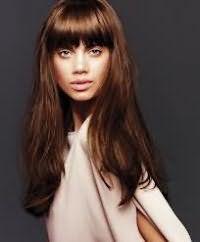 Стильный образ на каждый день в виде длинных волос каштанового цвета и прямой ровной челки сочетается с дневным макияжем и смуглой кожей.