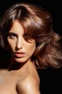 Волосы средней длины каштанового цвета отлично смотрятся на стрижке каскад с рваными кончиками. Дополнительный объем украсит любой образ с такой прической.
