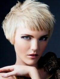 Стильная короткая стрижка с челкой для русого цвета волос станет отличным решением для девушек с зелеными глазами, выделенными мерцающими тенями, которые сочетаются со светло-бордовой помадой