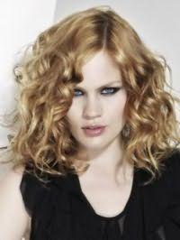 Макияж для серых глаз, выделенных густой подводкой, и нежно-розовый блеск для губ хорошо сочетаются с русым цветом на волнистых волосах средней длины