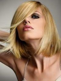 Стрижка удлиненное каре с длинной челкой для блондинки с прямыми волосами