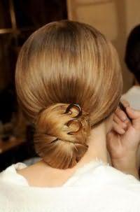 Оригинальный вариант прически низкий пучок для густых длинных волос