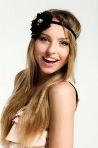 Длинные прямые волосы русого цвета, украшенные черной лентой с цветком, гармонично дополнят образ в сочетании с дневным макияжем в розовых и бежевых тонах для обладательниц зеленых глаз