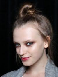 Вариант высокого небрежного пучка из волос для локонов средней длины