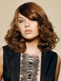 Русый цвет волос хорошо смотрится на волосах средней длины, уложенных в кудри, с удлиненной челкой на один бок, и гармонирует с макияжем в светло-коричневой гамме для серых глаз и светлого типа кожи