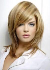 Макияж, состоящий из серых теней, туши, персиковых румян и блеска для губ естественного оттенка отлично сочетается с русым цветом на стрижке каскад на средние волосы с дополнительным объемом