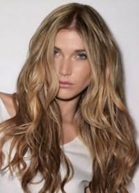 Великолепный повседневный образ предоставляет тандем русого цвета на длинных волосах, уложенных в волнистые пряди, и легкий макияж в нежных телесных оттенках