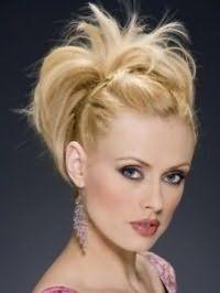 Русый цвет волос подходит для создания великолепного вечернего образа, состоящего из прически пучок со жгутами, черной подводки для глаз, розовых румян и блеска для губ светло-бордового тона