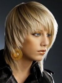 Макияж для голубых глаз, очерченных черными стрелками, и выделенных тенями песочного тона гармонирует с помадой и румянами в коричневых оттенках и дополняет креативный образ девушки с русым цветом волос на короткой стрижке с рваными концами