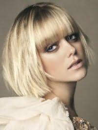 Макияж смоки айс гармонирует с румянами коричневого цвета, помадой натурального оттенка и дополняется стрижкой боб с рваными концами и прямой челкой для блондинок с тонкими волосами и теплым цветотипом внешности