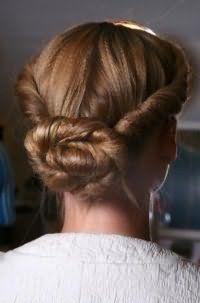 Идея прически пучок из жгутов для длинных волос темно-русого оттенка