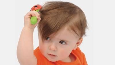 Маленький ребенок расчесывает волосы