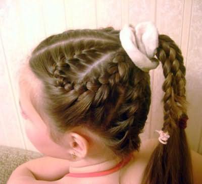 Плетение в виде лепестков ромашки, как на фото, обязательно понравится вашему ребенку
