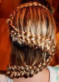 Повседневная прическа с плетением на длинные волосы.