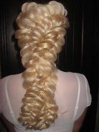 Прическа с ажурным плетением для длинных волос.