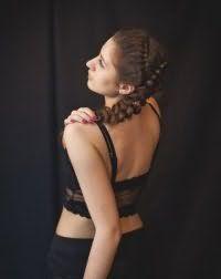 Праздничная прическа с плетением для длинных волос.