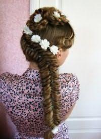 Модный аксессуар для прически с плетением для длинных волос.