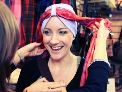 Если вы еще не знаете, что делать - если после химиотерапии выпадают волосы, взгляните на страницы модных журналов, которые предлагают 1000 и 1 решение с платками, банданами и шляпами