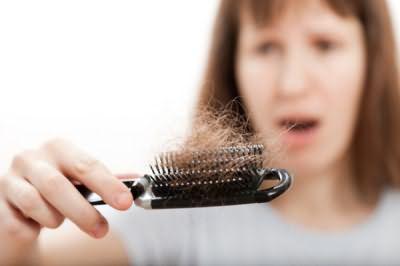 Фото – выпадение волос приводит в ужас женщину