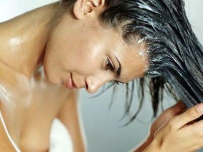 Ополаскивание травяным настоем придаст блеск и жизненную силу волосам