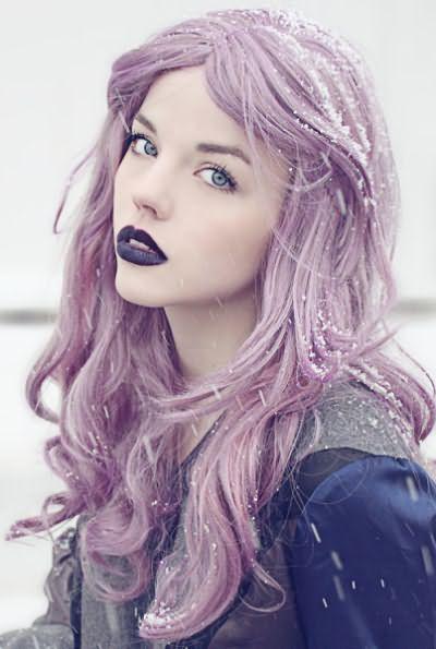 Фиолетовый тоник для волос придаст блондинке светлый, лавандовый тон.