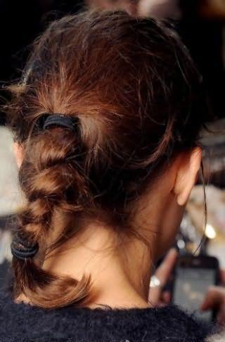 Стильная, простая в исполнении, прическа, состоящая из пучка, зафиксированного резинкой, концы которого заплетены в косу и так же зафиксированы, великолепно выглядит на волосах каштанового оттенка
