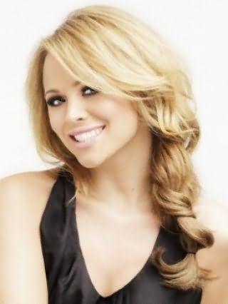 Романтичный образ для блондинок можно создать, собрав длинные волосы в косу и вытянув из неё пряди, особый шарм прическе придаст удлиненная челка, уложенная в легкие волны
