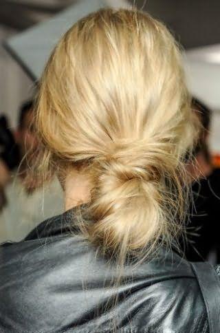 Креативная небрежность в виде низкого пучка, собранного из скрученных прядей, украсит девушку с длинными волосами оттенка блонд