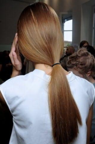 Прямые длинные волосы отлично выглядят в такой простой прическе, как низкий конский хвост, который не требует украшений и вписывается в каждый повседневный образ
