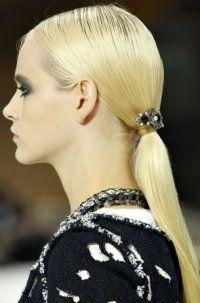 Модный вариант летней прически в виде хвоста, дополненного декоративным украшением, отлично смотрится на длинных прямых волосах оттенка блонд