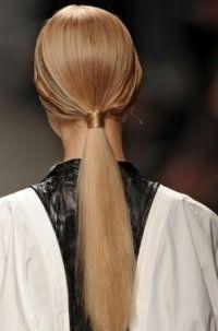 Летняя прическа конский хвост с узлом станет подходящим вариантом для девушек с длинными волосами русого цвета, выпрямленных с помощью утюжка