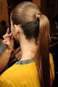 Простая летняя прическа высокий конский хвост для выпрямленных длинных волос, окрашенных в карамельный оттенок
