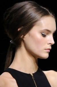 Простая летняя прическа низкий хвост с дополнительным объемом отлично подходит брюнеткам с длинными прямыми волосами