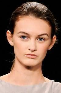 Простая летняя прическа гладкий хвост для прямых волос средней длины изумительно выглядит на темно-каштановых волосах в сочетании с легким повседневным макияжем