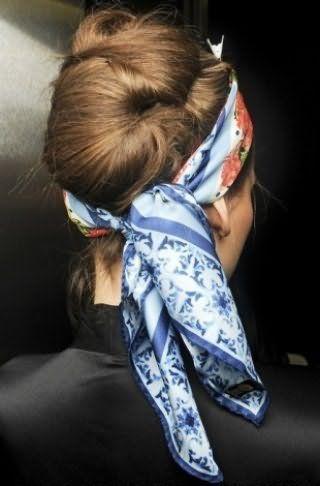 Креативный повседневный образ в виде необычной ракушки из длинных волос, зафиксированных шпильками и невидимками, и стильного платка в голубых тонах, повязанного вокруг головы