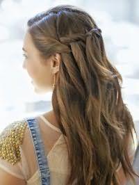 Прическа с распущенными длинными волосами на Новый год