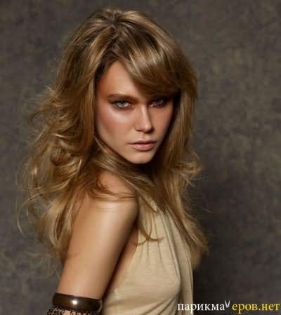 Стрижка итальянка для средних волос добавляет образу легкость и романтичность.