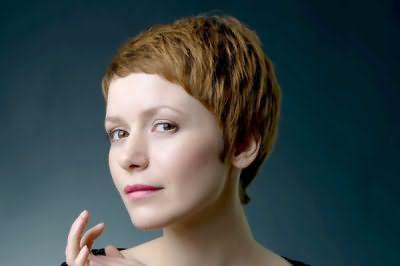 Стрижка пикси подходит женщинам разных возрастов, подчеркивая красивую линию шеи и тонкие черты лица