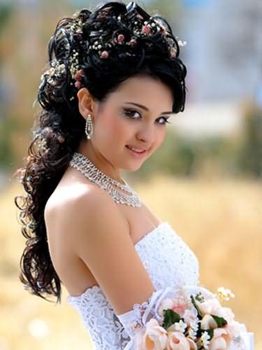 Фото невесты с нежными цветами в прическе